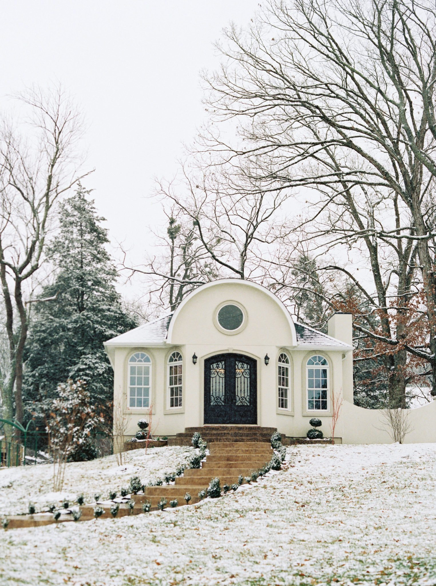KimStockwellAshleyandMattMoraisVIneyardWedding5 Winter Weddings - A Snow Fairy Tale